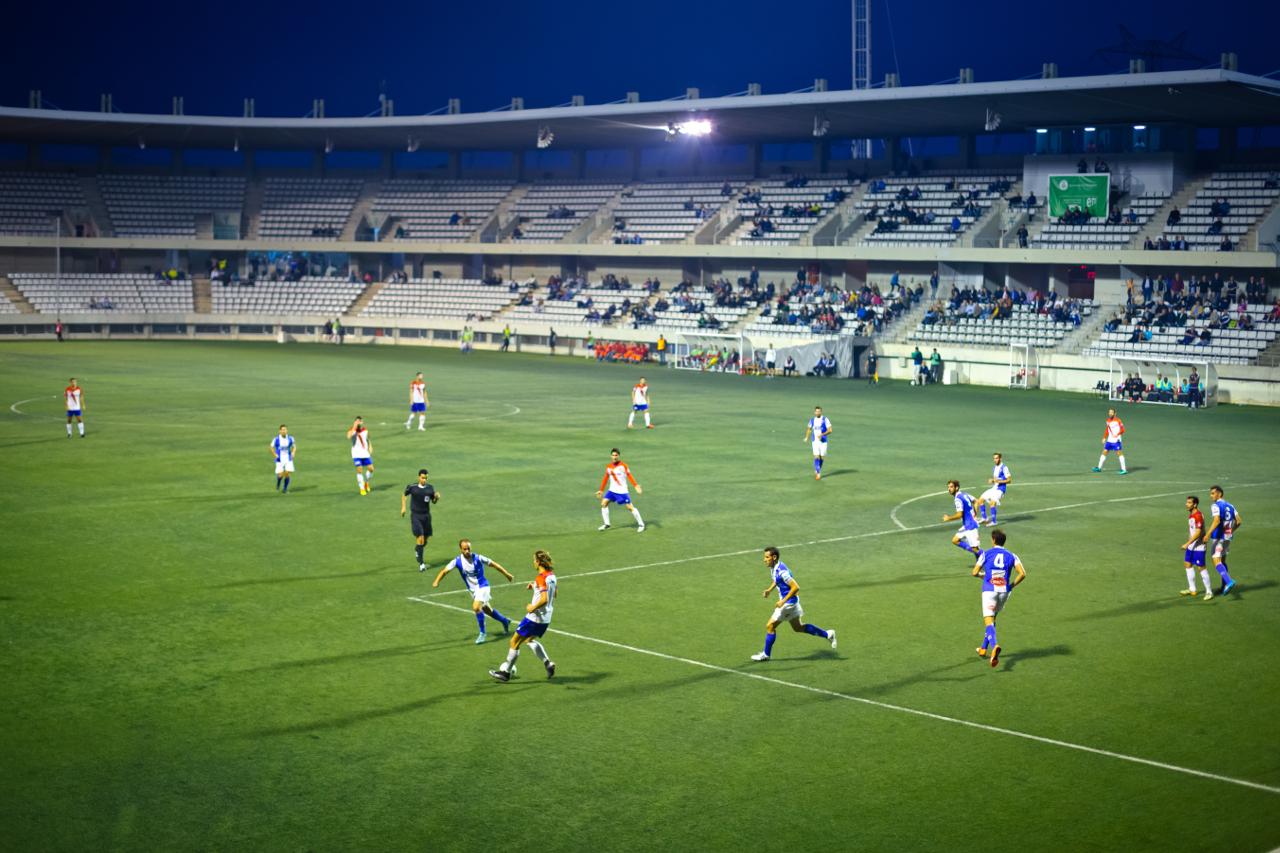 partido de fútbol en juego en el estadio L'Hospitalet